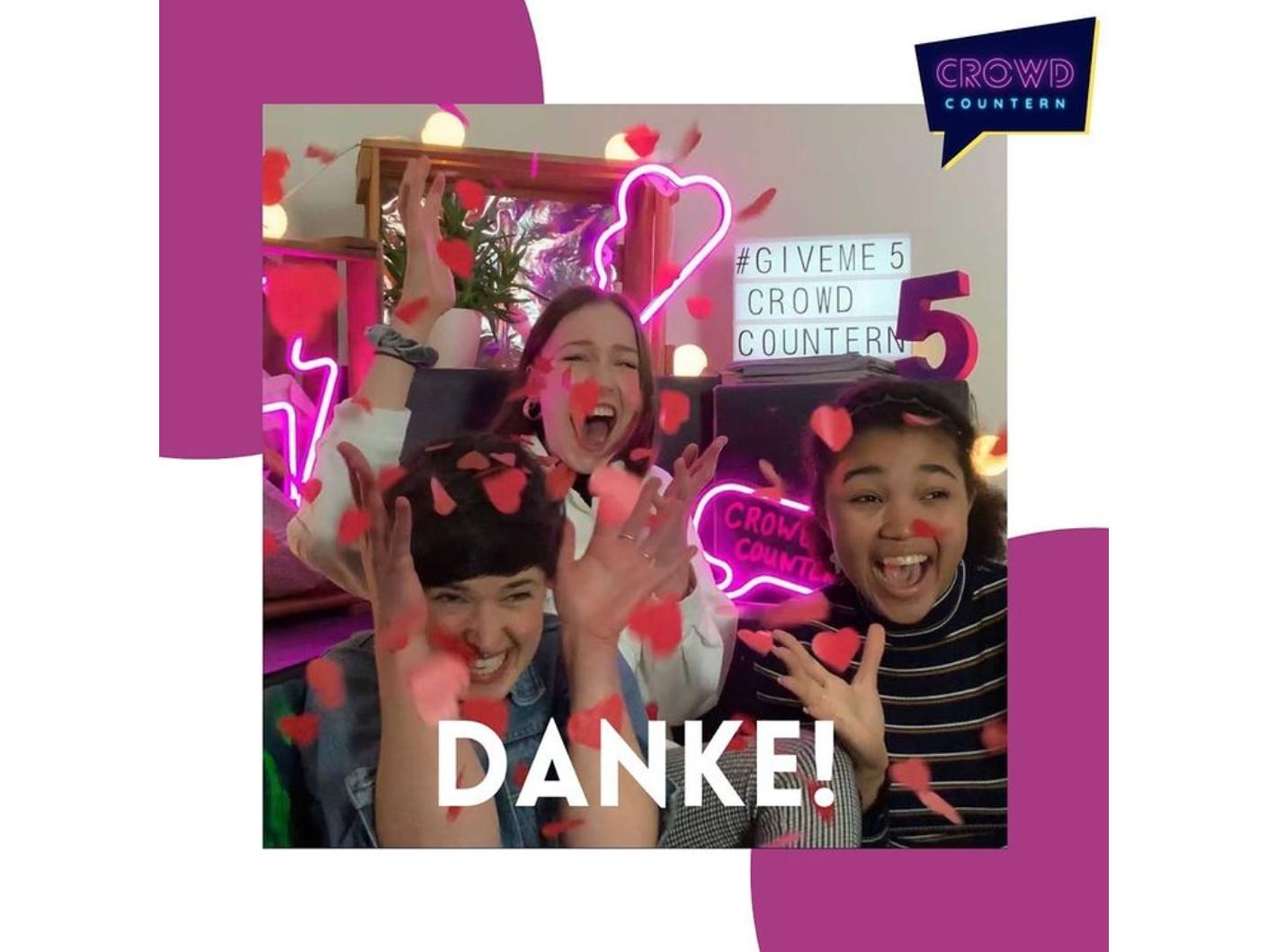 """Das Foto zeigt drei fröhliche Menschen der Servicestelle Jugendbeteiligung beim Feiern. Darunter steht """"Danke""""."""
